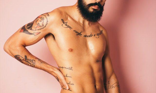 Muskarac sa tetovazama