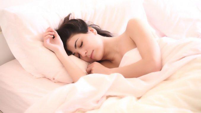 devojka-spava