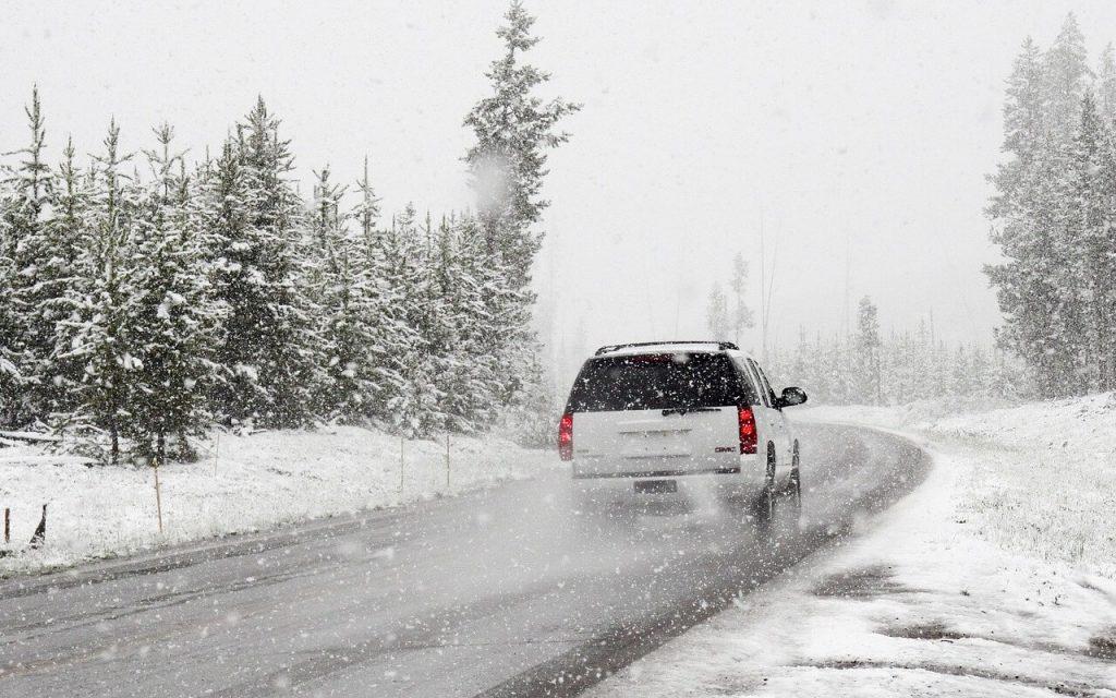 auto-na-putu-sneg