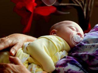 novorodjenče u naručju
