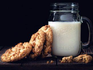 mleko u staklenoj boci i zdravi kolači