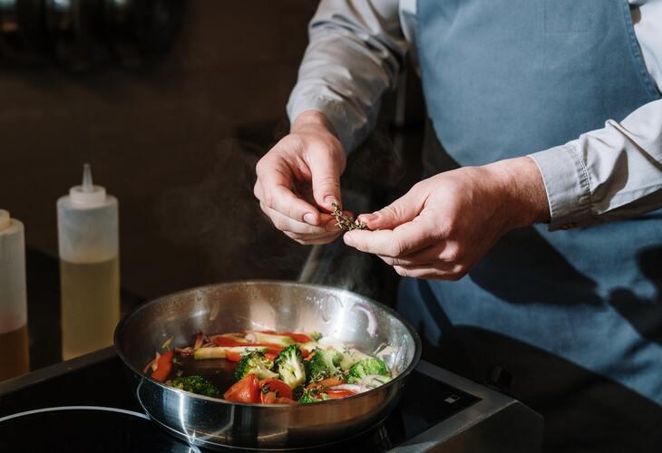 kuvar priprema hranu