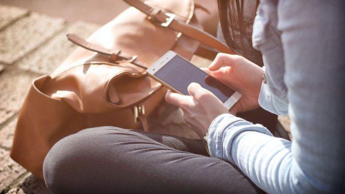 devojka sa telefonom u rukama