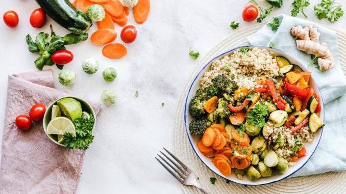 prikaz zdravog obroka serviranog na stolu